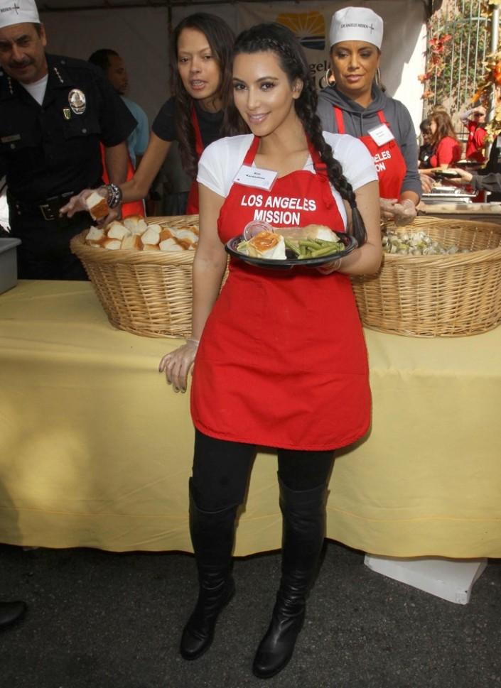 kim-kardashian-75th-anniversary-la-mission-serving-thanksgiving-dinner-06